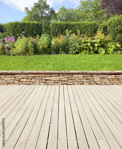Staande foto Tuin Gartenterrasse mit Mauer