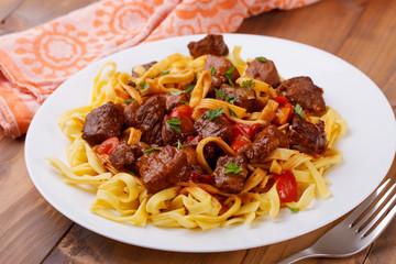Geschmortes Fleisch und Gemüse auf Bandnudelnn