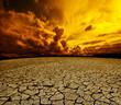 Paisaje desertico.Cielo nuboso y suelo agrietado