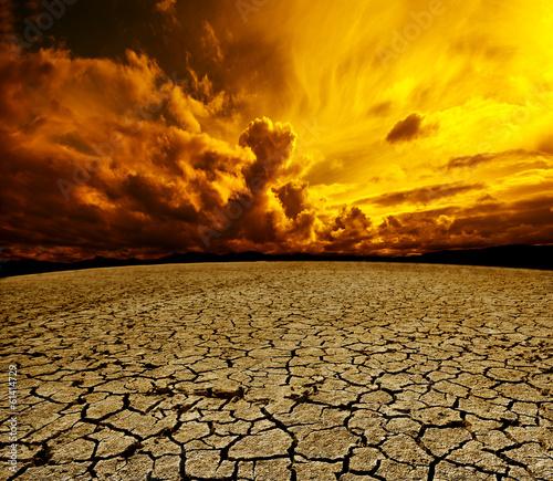 Paisaje desertico.Cielo nuboso y suelo agrietado - 61414729