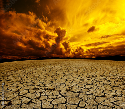 Leinwanddruck Bild Paisaje desertico.Cielo nuboso y suelo agrietado