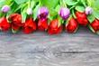Tulpenblüten auf Holzuntergrund