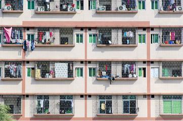 Hausfassade mit Waesche in Kanton, China