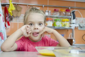 девочка кушает кашу за столом на кухне