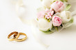 Leinwanddruck Bild - wedding rings and flowers