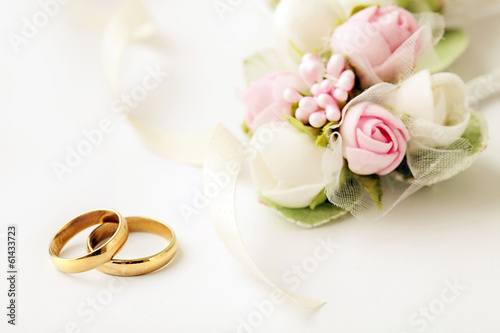 Leinwanddruck Bild wedding rings and flowers