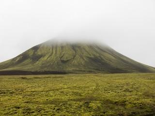 Islanda, montagna vulcanica nella nebbia