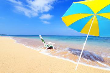 沖縄の美しい海とパラソル