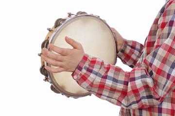 fillette jouant du tambourin