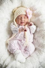 Newborn Mädchen mit süßer Mütze