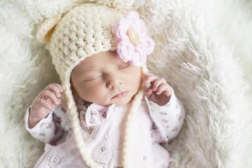 Newborn Mädchen mit süßer Mütze Nahaufnahme