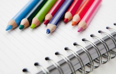 carnet de notes et crayons de couleurs