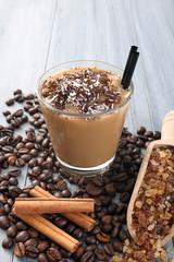 caffe e latte con ghiaccio in bicchiere di vetro