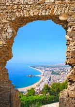 Widok hiszpańskiej plaży ośrodek miasta Blanes. Costa Brava, Hiszpania