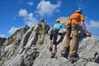 Kinder klettern am Fels im Klettersteig