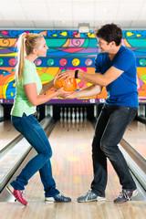 Junge Leute spielen Bowling auf Bowlingbahn