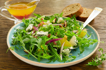 Salad with oranges, arugula, walnuts and blue cheese.