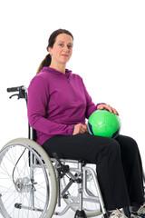 Frau im Rollstuhl mit Ball