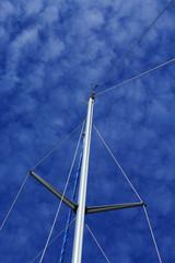 Bootsmast mit Schäfchenwolken im Hintergrund