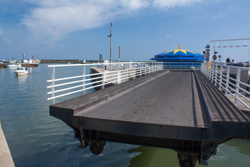 Le pont tournant de port en Bessin en Normandie - France