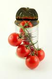 Lattina e grappolo di pomodori