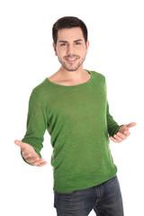 Motivierter lachender junger Mann in grün freigestellt