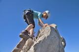 Kind beim Klettern im Klettersteig