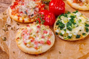 Frisch gebackene Minipizza
