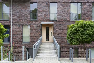 Eingang eines modernen Stadthauses in Kiel, Deutschland
