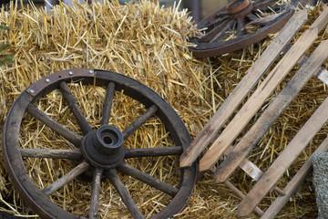 Schlitten, Kutschenrad und Heuballen