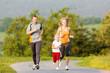 Familie joggt in der Natur für Sport Fitness