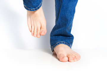 ジーンズを履いた足