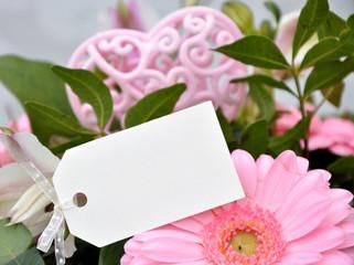 Blumen mit Geschenkanhänger