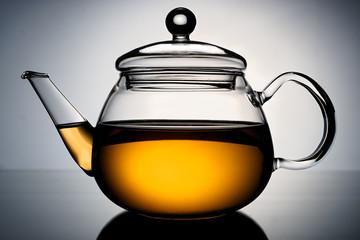 Стеклянный чайник на светлом градиентном фоне