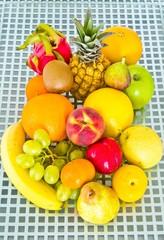 Obst auf Metallgitter