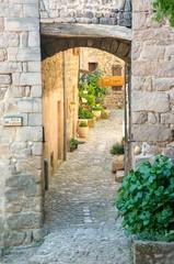 Petite rue pittoresque dans un village de Provence