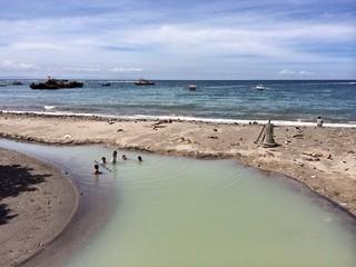 Песчаный пляж на острове Ломбок, Индонезия
