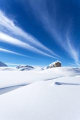 chiesetta alpina con neve