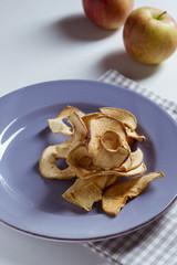 Apfelringe auf einem Teller