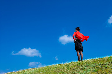 青空を見上げる一人の女性