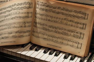 pianoforte con spartito