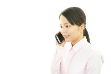 スマートフォンで会話をする女性