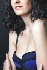 détail poitrine jeune femme en lingerie mode
