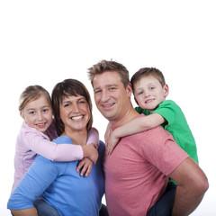 Glückliche Eltern mit Kindern huckepack - happy family