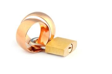 Два обручальных кольца соединены замком