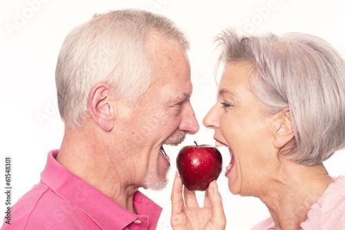 Senior couple avec des pommes Poster