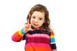 Ein kleines Mädchen zeigt dass sie 3 Jahre alt ist