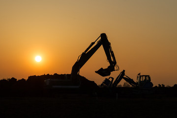 Baufahrzeuge im Sonnenuntergang