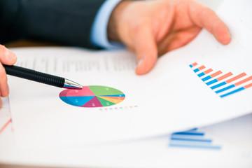 Business - Geschäftsmann arbeitet mit Diagramm