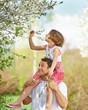Vater trägt Tochter huckepack im Frühling